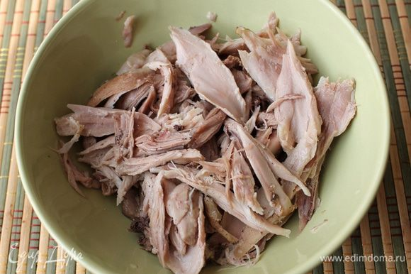 Заранее подготовим глиняный горшок или порционные горшочки для солянки. Если вы используете глиняные горшки первый раз, то их нужно замочить полностью в холодной воде на час, затем поставить в холодную духовку, выставить температуру 200 гр. и прокалить мокрый горшок в течение 30 мин, затем охладить его, не вынимая из духовки. Перед приготовлением блюд горшочек замачивают на 15 мин в воде, чтобы стенки впитали влагу и блюдо в горшочке оставалось сочным. В подготовленный горшок (или горшочки) выкладываем мясо из бульона, разобранное на удобные для еды кусочки.