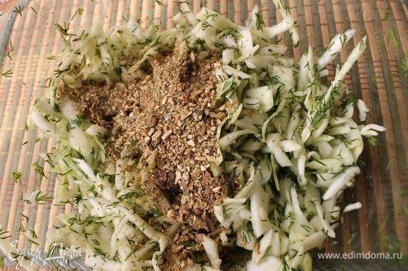 Пока обжариваются овощи, нашинкуем капусту, смешаем с рубленным укропом. Посыпаем немного сахаром и начинаем перетирать капусту между ладонями, пока она не даст сок и не станет мягкой. Добавим к капусте приправу с сушёными грибами и пряными травами. Если у вас есть домашние сушёные грибы, то нужно либо замочить их заранее и добавить в обжаренные овощи. Либо измельчить грибы в ступке. Тогда их можно добавить в солянку, не замачивая.
