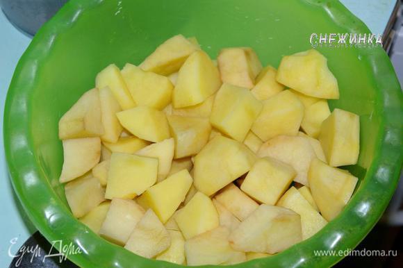 Картофель почистить, порезать крупными кубиками.