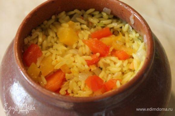 Сверху рыбы мелко порезанные помидоры без кожицы. Помидары слегка посолить. И снова рис с овощами.