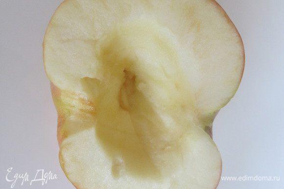 Яблоки разрезать пополам и удалить семечки. Сделать в середине небольшое углубление.