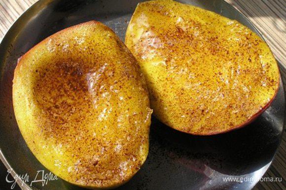 Затем переложить манго в жаропрочную форму, посыпать корицей, полить оставшимся медом и запекать при 200*С 20 минут.