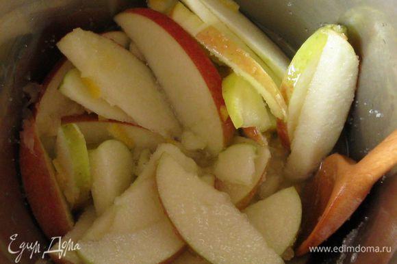 Слегка остудить. Подавать со сливками и джемом. Я подавала с десертом из яблок,который приготовила пока выпекались пышки. Порезала на дольки одно большое яблоко и очень мелко -кружок лимона. Добавила одну столовую ложку лимонного сока и две столовые ложки сахара. Варила в сотейнике ,помешивая, на небольшом огне. За 5 минут до готовности, добавила изюм.
