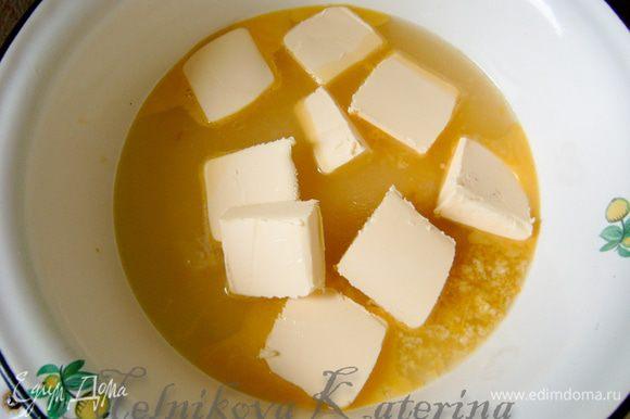 Для крема необходимо выжать из лимонов сок (должно получиться примерно пол стакана). Добавить к соку цедру, сахар, 50 гр. сливочного масла и всю смесь довести до кипения на водяной бане.
