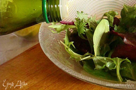 Тем временем-яйца отварить, салат-перебрать, если требуется-помыть,обсушить. Выложить салат в миску- сбрызнуть соком лайма/или лимона, сбрызнуть оливковым маслом и перемешать (можно даже руками).