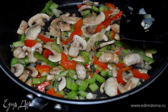 В общую массу добавляем готовый соус и готовим еще 1мин.