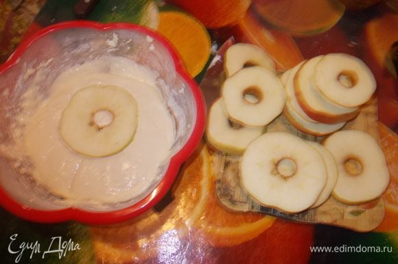 Яблоки и грушу нарезать кружочками. Муку, разрыхлитель, соду и соль смешайте. Вбейте 2 яйца и добавьте сметану. Замесите тесто. Нагрейте сковороду на масле. Окуните каждое кольцо в тесто и обжарьте на сковороде с обеих сторон.