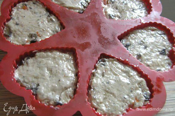 Выложить тесто в форму для маффинов, сверху слегка смазать маслом, присыпать укропом.