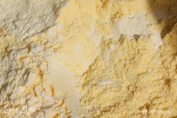 В отдельной миске просеять кукурузную и пшеничную муку. Добавить крахмал с разрыхлителем. Половину мучной смеси смешать со сливками. Получится густая смесь, которую нужно смешать с желтково-масляной смесью. Частями ввести оставшуюся муку, хорошо перемешать.