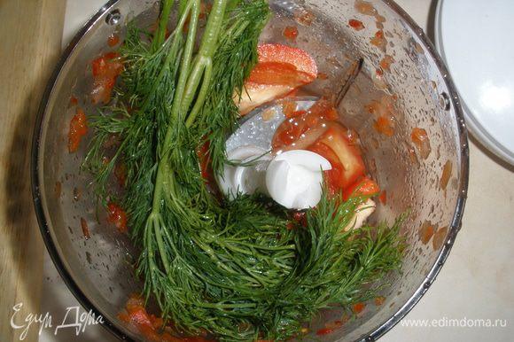 Зелень и овощи изрубить в блендере. Мясо прокрутить через мясорубку или также изрубить в блендере. Можно взять уже готовый фарш.