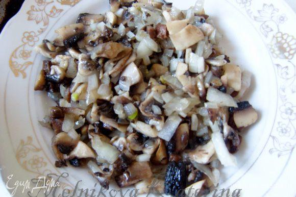 Обжарить 5-7 минут лук с грибами на сковороде. Добавить соль, перец, чеснок. Снять с огня, добавить орехи и перемешать.