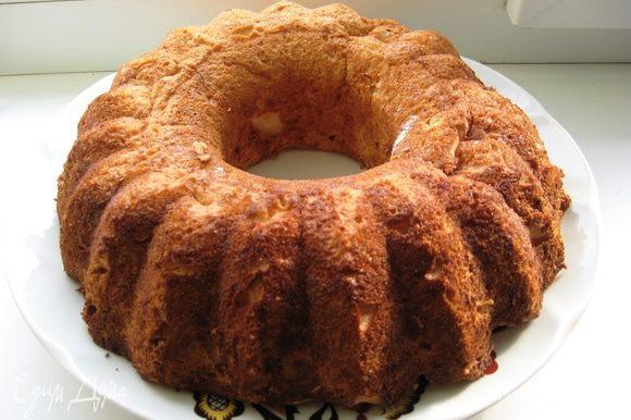 Еще одна хитрость. Если Вы готовите в форме для кексов, после выпекания переворачиваем форму вверх ногами и таким образом даем остыть торту. Так торт не осядет при остывании. А если в форме для торта то даем остыть в форме немного, и тепленьким кладем на решетку.