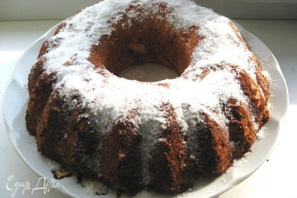 Готовый торт можно смазать кремом. А можно просто посыпать сахарной пудрой и подавать с джемом или фруктовым соусом, как Вам угодно! И самое главное, этот торт не осядет у Вас на боках, что безумно приятно и немало важно!