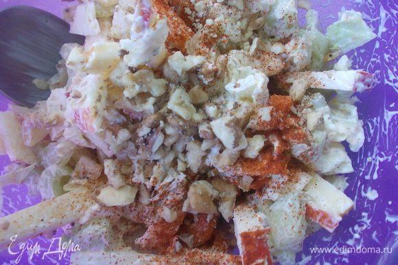сельдерей,яблоко,капустку нашинковать.для заправки смешать творог,майонез,горчицу до однородной массы.все смешать в салатнике,посыпать паприкой и орешками(я их немного измельчила в ступке),перемешать и легкий завтрак готов.