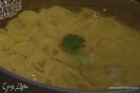 В большом количестве подсоленной и подмасленной кипящей воды отварить макароны, затем воду слить.