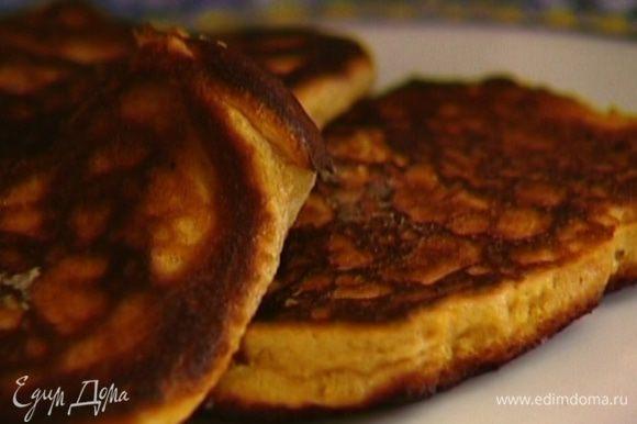 Разогреть в сковороде растительное масло и пожарить оладьи. Подавать со сметаной.