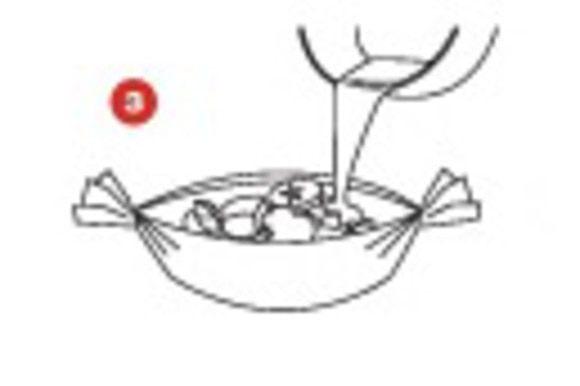Сформируйте из каждого листа бумаги SAGA свертки в виде лодочек и поверх ингредиентов добавьте сливки с карри.