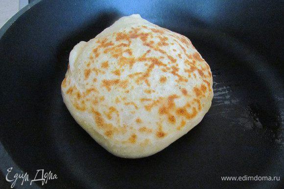 Жарим на средне-разогретой и СУХОЙ сковороде под крышкой по 3-5 минут с каждой стороны. Готовые хачапури обильно смазываем растопленным сливочным маслом и складываем стопочкой.
