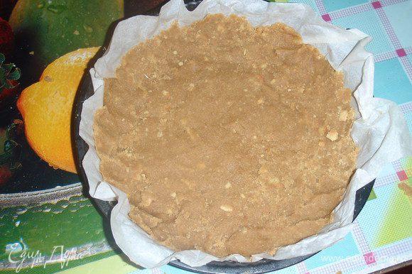 берем масло и растапливаем его в микроволновой печи или на паровой бане. Перемешиваем масло с печеньем. Берем форму для выпечки тортов - ложем в нее бумагу для выпечки. Берем массу с печенья и масла и выкладываем на дно формы и формируем небольшие бортики.Помещаем форму в холодильник