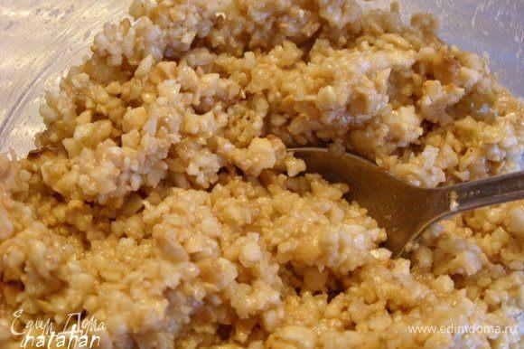 Соединить арахис, миндаль, мед, эссенцию, корицу и мускат и воду. Всё тщательно перемешать - начинка готова.