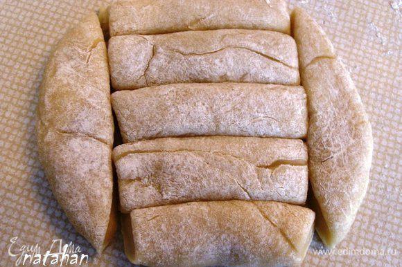 Сделать лепёшки диаметром 13-15 см и разрезать каждую на 7 брусочков.