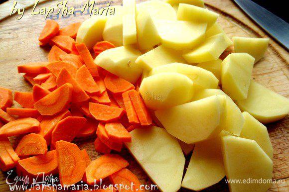 Картофель нарежем пополам и на ломтики средней толщины. Морковь тоже нарежем пополам и нашинкуем полукольцами не очень крупно, чтобы она успела приготовиться.
