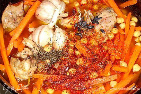 Заложить морковь в казан и сразу не обжаривая, залить в казан холодной питьевой воды, так что бы она накрыла содержимое, сделать огонь ниже среднего и дать медленно закипеть, добавить в казан чеснок, горох и специи, варить 20 мин. (после закипания)