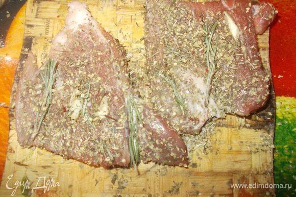 затем натереть солью перцем и прованскими травками нашу свинину.И отправить выпекать в духовку или обжарить в сковороде на оливковом масле,как это сделала я.
