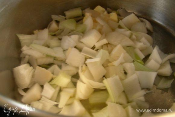 В кастрюле разогреваем сливочное масло и обжариваем лук минуты 3, затем добавляем чеснок, обжариваем еще 1 минуту.