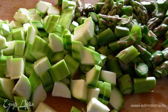 Спаржу и цуккини режем небольшими кусочками.