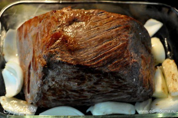 Выложить обжаренную говядину на жаропрочную посуду,обложить луком.и поставить в духовку на 1час.