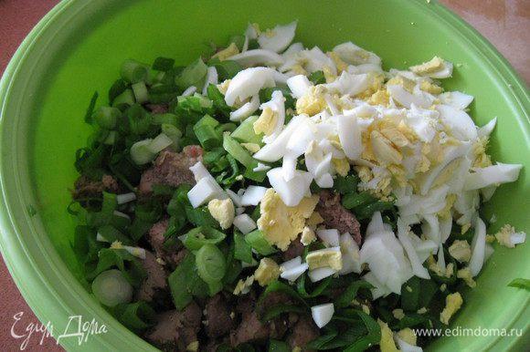 В миску кладем печенку, баклажаны, накрошеные яйца и зеленый лук.