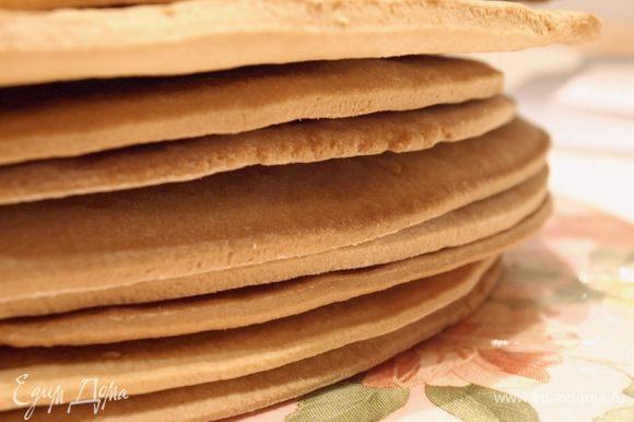 Скатываем из него колбаску, разделяем на 8-10 частей, накрываем каждую полотенцем. Раскатываем тонкие коржики, необходимого диаметра. Выпекаем один за одним при 200С до золотистости.