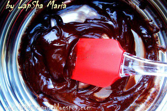 Помешивая полностью растапливаем масло и шоколад.