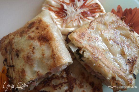 На каждый кусочек лаваша выкладываем сыр и ветчину, делаем конвертик. Затем обмакиваем все это в яичной смеси и жарим до готовности на масле, подрумяниваем с обеих сторон.