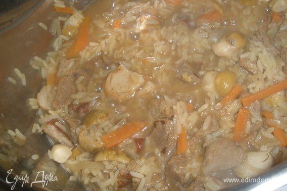 Всыпать рис и залить все 0,8 л воды. Тушить под крышкой на медленном огне 20 минут. Затем влить вино, все приправить солью и перцем. Прогреть еще около 5 минут. Дать настоятся и подавать.