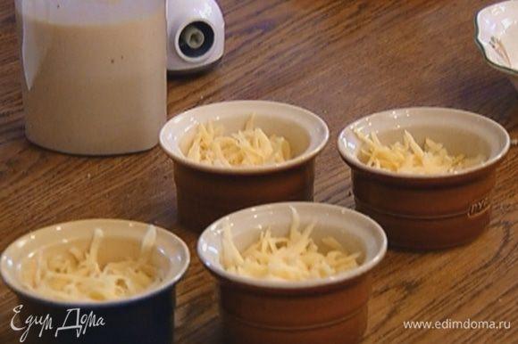 В небольшие керамические формочки разложить по 1 ст. ложке крабового мяса и по 1 ст. ложке чеддера.