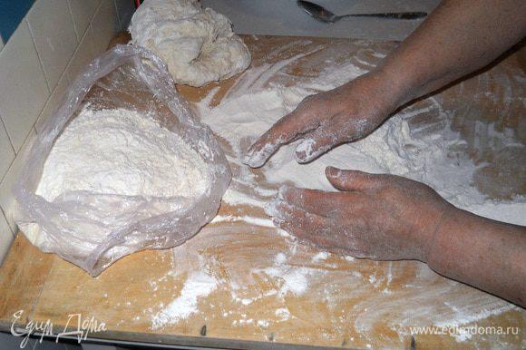 Соскребаем с доски прилипшее тесто