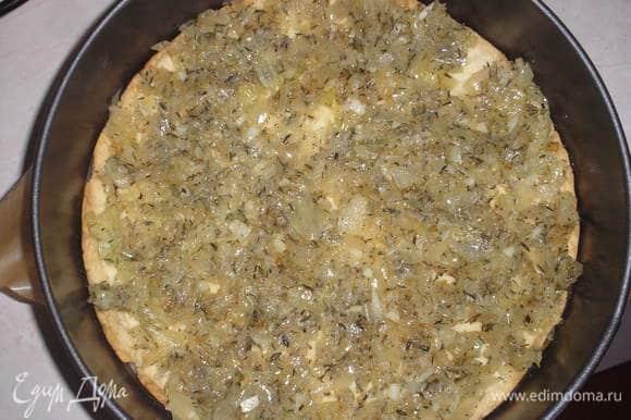 На испеченную основу выкладываем лук с чесноком и тимьяном.