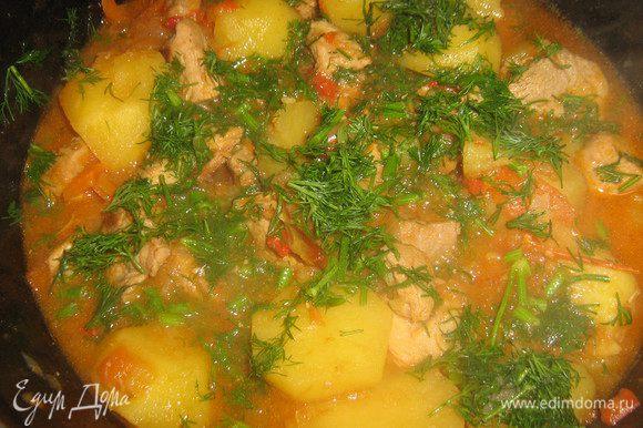 Пока готовится мясо с овощами,почистить картофель и нарезать его на четвертинки, добавить картофель к кипящему мясу и овощам (если нужно добавить ещё воды), посолить по вкусу и готовить всё вместе пока картофель не сварится. За 3 минуты до готовности посыпать мелко нарезанным укропом.