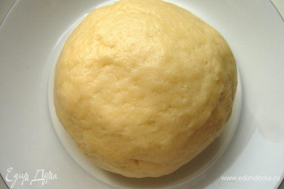 Соединить мучную и яичную смеси.Замесить тесто и убрать его на час в холодильник.