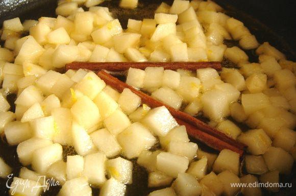 Добавить в мёд груши,лимонную цедру,сок и палочку корицы.Немного прогреть так,чтобы кусочки груши оставались крепкими.