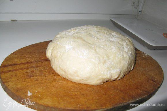 Используйте любое дрожжевое тесто. Я делаю так: растопить сливочное масло,добавить соль, сахар, яйцо и белок, дрожжи, растворенные в молоке. Добавить муку, замесить тесто так чтоб не прилипало к рукам,добавить растительное масло.