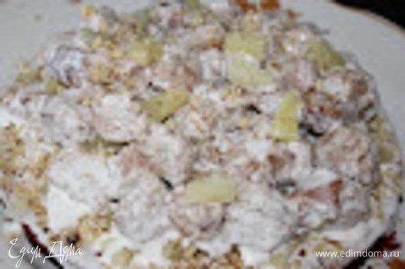 Верх собирается из кусочков бисквита. Каждый кусочек нужно обмакнуть в крем и выложить горкой на целый корж, чередуя с кусочками ананаса и орехами. Готовый торт залить оставшимся кремом (если используется 20% сметана, то нужно иметь в виду, что она жидковата и поливать надо постепенно, а то вся сметана стечет на стол)