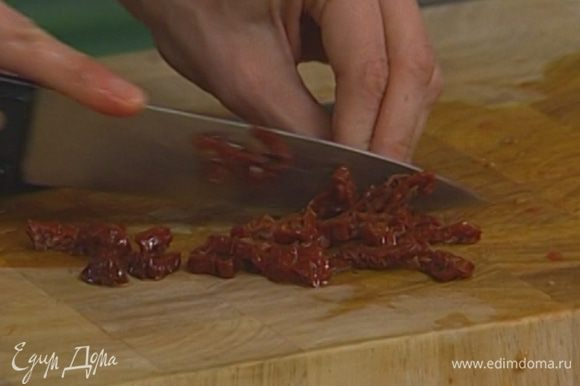 Вяленые помидоры нарезать тонкими полосками.