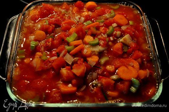 В жаропрочную посуду выкладываем кусочки курицы,выливаем сверху овощи и ставим в духовку на 45мин.
