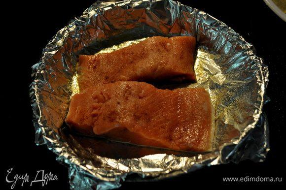 Филе рыбы посолить и посыпать кайен.перцем.
