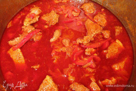 Мясо добавить к овощам,посыпать паприкой, хорошо размешать. Растворить в воде соль и перец и добавить к курице. Тушить на очень медленном огне 45-50 минут до готовности, перемешать.