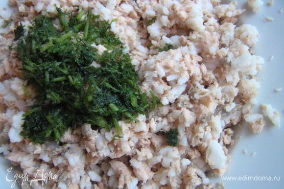 Приготовить начинку. Тунца размять вилкой, добавить рис, перемешать, добавить нарезанный укроп, все еще раз перемешать.