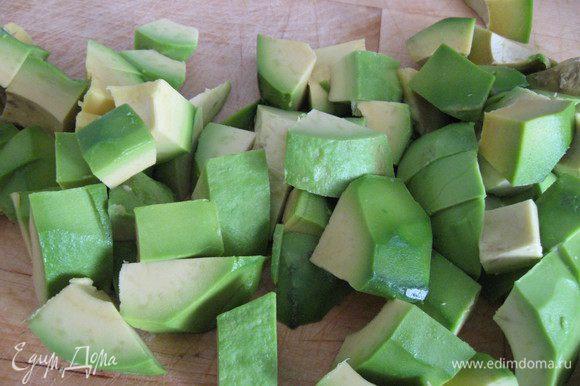 Авокадо чистим, режем кубиком,